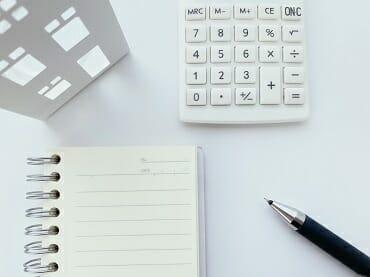 電卓とノートとペン
