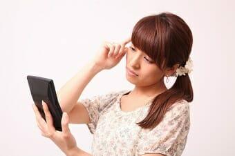 電卓を持って考える女性