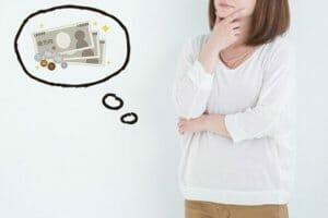 お金について考える女性